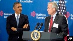 El presidente Barack Obama es presentado por el director ejecutivo de Boeing, James McNerney Jr. antes de hablar a miembros de la Mesa redonda de empresarios.