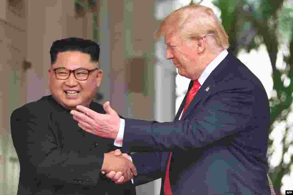 دیدار تاریخی دونالد ترامپ و کیم جونگ اون. کیم از سال ۲۰۱۱ رهبری کره شمالی را از پدرش به ارث برد، بر اساس چند روایت بین ۳۴ تا ۳۶ سال سن دارد.