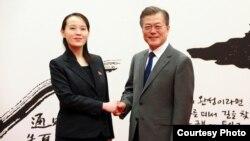 韩国总统文在寅会晤金与正握手(资料照 )
