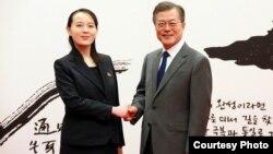南韓總統文在寅(右)與北韓奧林匹克代表團的金正恩之妹金與正(左)2月10日相見歡。