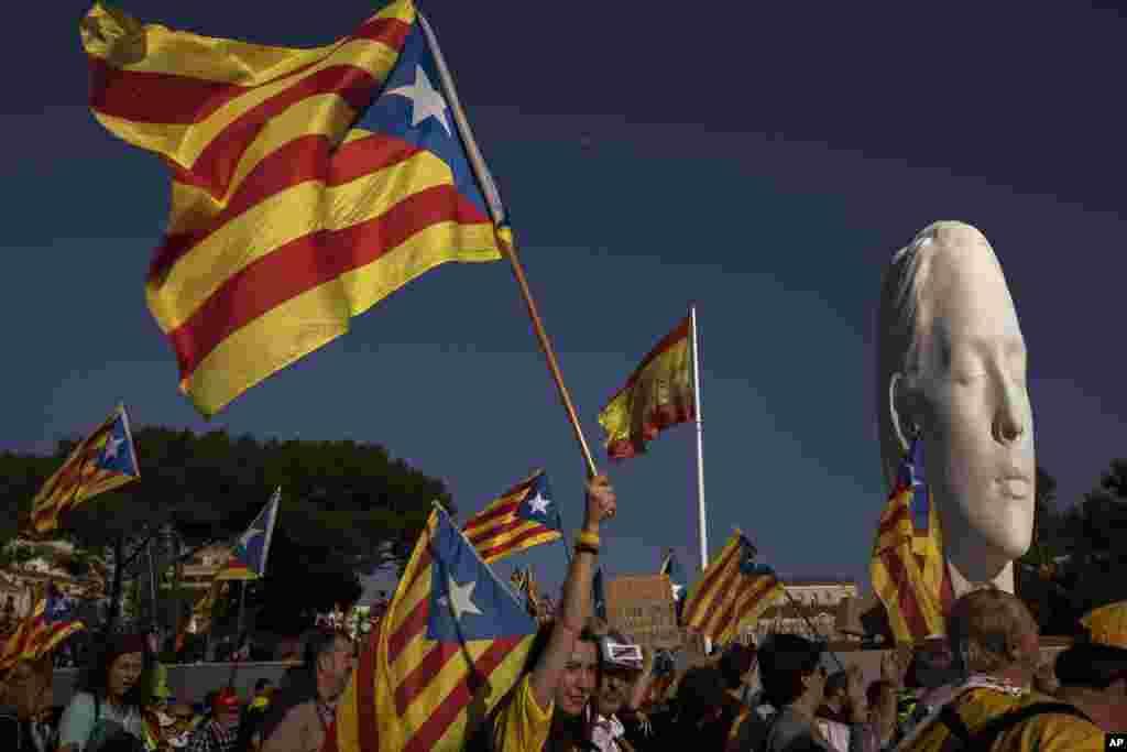 طرفداران استقلال کاتالونیا از اسپانیا شنبه شب در مادرید تظاهرات کردند. این تظاهرات همزمان با محاکمه مقامات محلی پیشین کاتالونیا انجام شد، که به دلیل برگزاری همه پرسی استقلال به جرایم سیاسی متهم هستند.