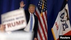 미국 공화당 도널 트럼프 후보가 24일 아이오와 주 머스커틴 시에서 열린 선거유세 장소에 도착해 손을 흔들고 있다.