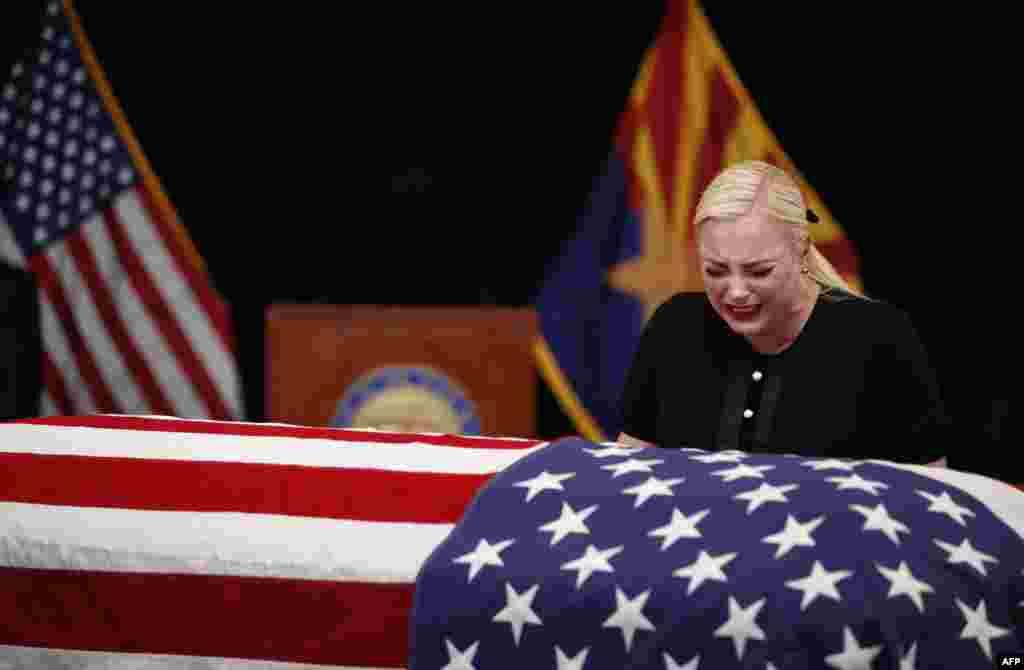 미국 애리조나주 피닉스의 주 의회 의사당에서 열린 존 매케인 상원의원의 추도식에서 딸 메건 매케인이 눈물을 흘리고 있다.