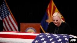 អ្នកស្រី Meghan McCain កូនស្រីរបស់លោក John McCain សមាជិកព្រឹទ្ធសភាសហរដ្ឋអាមេរិក យំសោកនៅមុខម្ឈូសឪពុករបស់ខ្លួនក្នុងរដ្ឋ Arizona កាលពីថ្ងៃទី២៩ សីហា ឆ្នាំ ២០១៨។