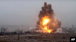 지난 28일 시리아 알레포 남서부 정부군 진지에서 반군의 차량폭탄 공격으로 불길이 솟아오르고 있다. (자료사진)