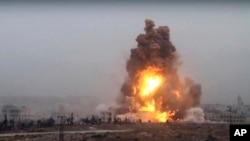 ແປວໄຟກະຈາຍຂຶ້ນສູ່ທ້ອງຟ້າຈາກລົດທີ່ບັນຈຸລະເບີດ ທີ່ໄດ້ແນເປົ້າໝາຍໂຈມຕີໃສ່ຕຳແໜ່ງຂອງລັດຖະບານ ຊີເຣຍ, ໃນພາກຕາເວັນຕົກສຽງໃຕ້ຂອງເມືອງ Aleppo, ຊີເຣຍ. 28 ຕຸລາ 2016.