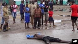 Người dân tụ tập quanh một người đàn ông bị nghi tử vong vì Ebola ở Monrovia, Liberia.