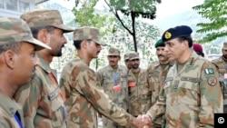 جنرل کیانی سرحدی چوکیوں پر موجود اہلکاروں سے مل رہے ہیں۔