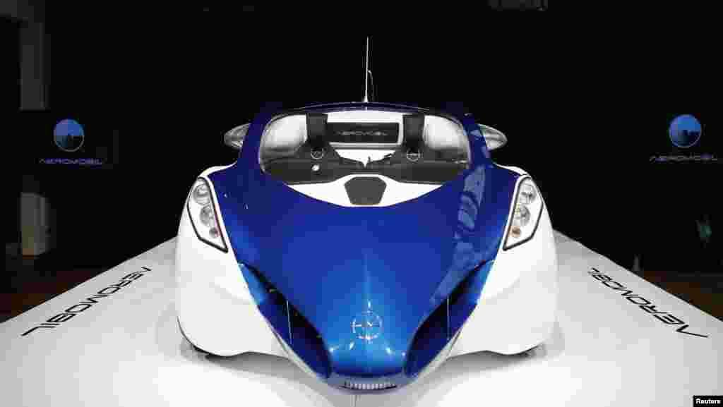 Kendaraan baru AeroMobil 3.0, sebuah prototipe mobil udara,dipamerkan di istana Hofburg,Wina, Austria. AeroMobil mencapai kecepatan160 km/jamsebagai mobil dan 200 km/jamsebagai pesawat.