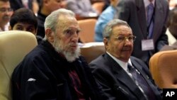 Presiden Kuba Raul Castro (kanan) dan abangnya Fidel Castro dalam pembukaan sidang Majelis Nasional di Havana (24/2). (AP/Ismael Francisco, Cubadebate)