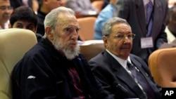 Presiden Kuba Raul Castro (kanan) dan kakaknya, FIdel Castro menghadiri upacara pembukaan Pertemuan Nasional di Havana, Kuba (24/2). Presiden Kuba Raul Castro berencana meletakkan jabatannya setelah masa jabatan keduanya berakhir tahun 2018.