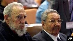 Serokê Kûbayê Raul Castro (rast) û birayê wî Fidel Castro, serokê berê yê Kûbayê.