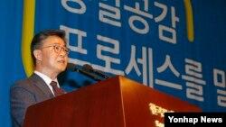 홍용표 한국 통일부 장관이 24일 서울 중구 프레스센터에서 열린 '통일공감포럼 발족식 및 통일공감대화'에서 축사를 하고 있다.