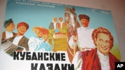 歌颂斯大林集体农庄生活,50年代风靡中国的苏联电影《库班哥萨克》, 中译《幸福生活》,片中插曲《红莓花儿开》至今在中国传唱