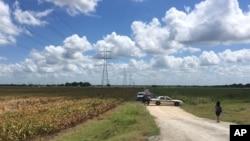 Polisi memblokade lokasi kecelakaan balon udara di dekat kota Lockhart, Texas, Sabtu (30/7).