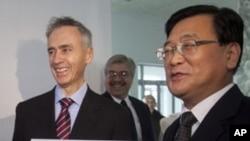 美联社社长兼首席执行官汤姆·柯利(左)和朝鲜中央通讯社社长金炳浩1月16日为美联社驻平壤办公室挂牌之前合影