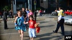 4月18日,强烈地震震撼墨西哥城后,人们紧急疏散