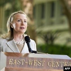 Xillari Klinton Gavayi Universitetida so'zlamoqda, 10-noyabr 2011