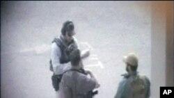 کرزی از منحل نمودن شرکت های امنیتی خصوصی دفاع کرد