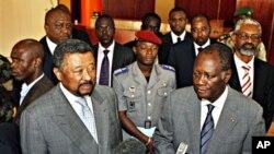 Jean Ping Comissário da União Africana ao lado do presidente Alassane Ouattara da Costa do Marfim (arquivo)