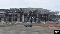 Cette image du 24 mars 2021 montre des dommages à un bâtiment situé dans le camp militaire de Bata où une explosion a eu lieu le 7 mars, tuant 107 personnes et provoquant des dommages importants dans les quartiers voisins.