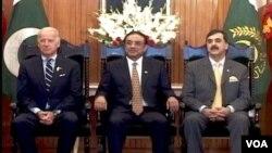 Dari kiri ke kanan, Wakil Presiden Amerika Joe Biden, Presiden Pakistan Asif Ali Zardari dan Perdana Menteri Pakistan Yousaf Raza Gilani.