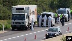 تحقیق کار آسٹریا سے ملنے والے ٹرک کے قریب کھڑے ہیں۔