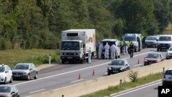 奥地利警察在维也纳以南的帕尔诺多尔夫镇附近高速公路边检查一辆被截停的货车。 (2015年8月27日)