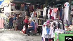 En estas ventas de garaje, se exhibe ropa por entre 1 y 10 dólares, juguetes de entre 3 y 15 dólares.