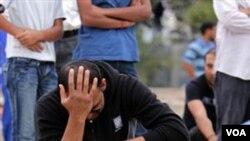 Salah seorang pelayat pada upacara pemakaman aktivis Bahrain, Jumat (18/3).