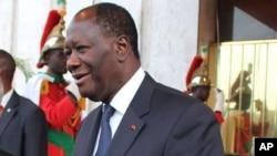 Le président de la Côte d'Ivoire, Alassane Ouattara, à droite, et son homologue indien Pranab Mukherjee, à gauche, se saluent lors de la visite de ce dernier à Abidjan, Côte d'Ivoire, 14 juin 2016.