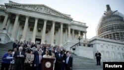 មេដឹកនាំក្រុមសំឡេងភាគតិចក្នុងសភាតំណាងរាស្រ្តលោកស្រី Nancy Pelosi ធ្វើការថ្លែងនៅមុខវិមាន US Capitol នៅក្រុងវ៉ាស៊ីនតោន នៅមុនពេលបោះឆ្នោតសភាតំណាងរាស្រ្តលើកិច្ចព្រមព្រៀងបរមាណូអ៊ីរ៉ង់នាថ្ងៃទី០៨ ខែកញ្ញា ឆ្នាំ២០១៥។