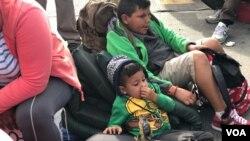 Des migrants d'Amérique centrale arrivés à la frontière entre le Mexique et les Etats-Unis, le 22 novembre 2018. (VOA/Celia Mendoza)