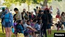Cientos de personas hacen fila en el exterior de un centro de Francfort, Kentucky, para solicitar beneficios por desempleo el 18 de junio de 2020.