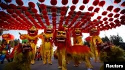 在中国人们舞狮欢迎新春