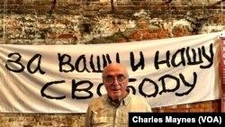 Павел Литвинов в Москве, на выставке, посвященной 50-летию акции протеста против ввода советских войск в Чехословакию в 1968 г.