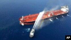 Ummon dengizida hujumga uchragan neft tankerlaridan birida chiqqan yong'in Eron xavfsizlik xizmati tomonidan o'chirilmoqda. 13-iyun, 2019.