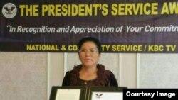 지난 24일 미국 로스앤젤레스에서 탈북 여성 사업가 그레이스 켈리 김 씨가 오바마 대통령 자원봉사상을 받았다.