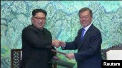韩国总统文在寅和朝鲜领导人金正恩在板门店签署协议后握手(2018年4月17日)
