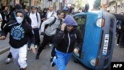 Các thanh thiếu niên lật đổ xe cộ trên đường phố ở Lyon, miền trung nước Pháp, ngày 21/10/2010