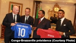 Président Denis Sassou N'Guesso (2e à D) ayambi mokambi ya Fifa Gianni Infatino (1er à G) na Sameul Eto'o (1er D) mpe Youri Djorkaeff, basani ya kala ya lisano ndembo, Brazzaville, Congo, 29 novembre 2019. (Congo-Brazzaville présidence)