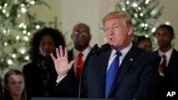 Le president Donald Trump parle de la réforme fiscale devant les journalistes à la Maison Blanche, le 13 décembre 2017.