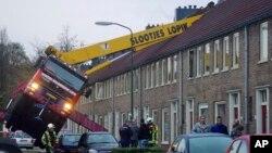 13일 네델란드에서 한 남성이 여자친구 침실 창문을 통해 청혼을 하려다 이웃집 지붕을 부수는 일이 발생했다. 지붕을 뚫은 기중기가 보인다.