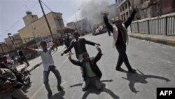 Демонстранти радіють після підпалу автомобіля, що належав прихильнику президента Ємену