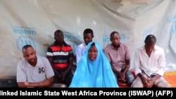 Foto dari cuplikan video yang dirilis pada 25 Juli 2019, oleh militan Afrika Barat yang terkait ISIS (ISWAP), tampak seorang pekerja kemanusian perempuan dari LSM Action Against Hunger (AFC) dan lima rekan prianya, yang diculik di Desa Kennari, dekat perbatasan Niger.