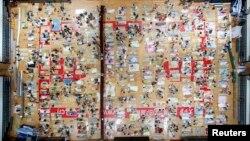Para mahasiswa bersiap beristirahat di aula olah raga Universitas Huazhong, Wuhan, provinsi Hubei, 21 Juli 2013. Pihak kampus menghidupkan pendingin udara di aula ini dan membagikan sedikitnya 450 matras untuk mahasiswanya, dalam upaya mengatasi hantaman gelombang panas yang mencapai 35 derajat Celcius di wilayah ini (Foto: dok).
