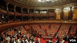 Pemungutan suara di Roma (11/11). Mantan Komisaris Uni Eropa Mario Monti diperkirakan akan menggantikan Silvio Berlusconi untuk pemerintahan transisi (foto: dok).