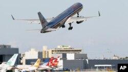 La gran mayoría de los vuelos locales son cubiertos por sólo cinco aerolíneas: American, Delta, Southwest, United y US Airways.