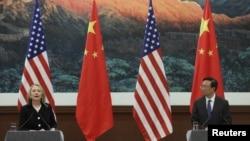 Ministro chinês dos Negócios Estrangeiros, Yang Jiechi, e a secretária de Estado americana, Hillary Clinton, em Pequim (foto de arquivo)