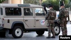 Des soldats sécurisent le lieu de l'attaque dans la banlieue de Paris, à Levallois-Perret, France, le 9 août 2017